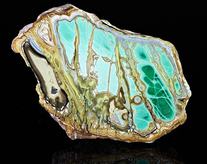 Зеленый камень с вкраплениями