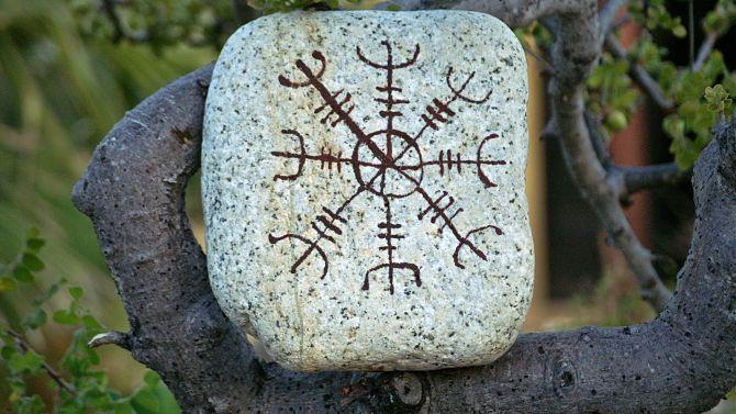Агисхьяльм на камне