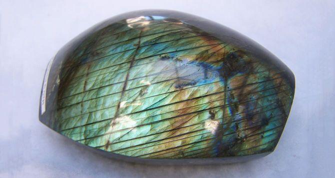 Камень переливается несколькими цветами