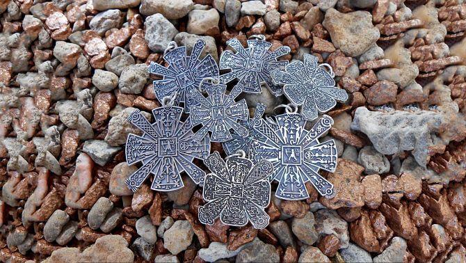 Амулеты крес лежат на камнях