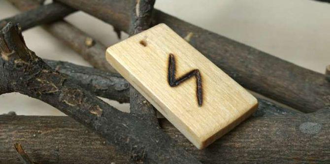 На деревянной дощечке