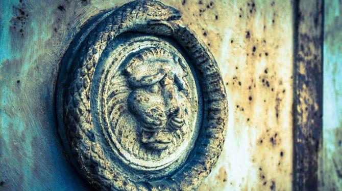 Дверь с символом