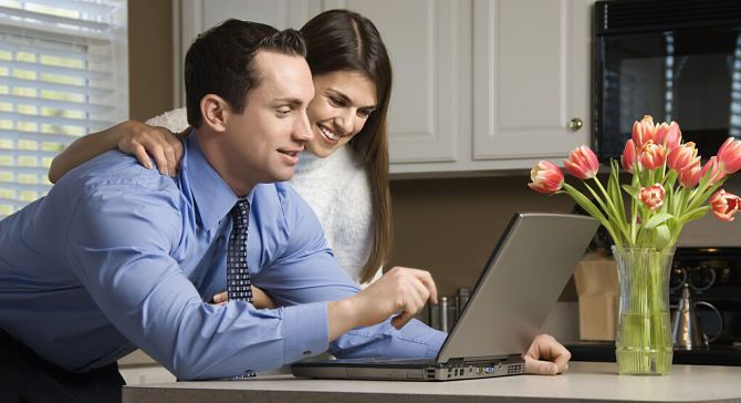 Парень и девушка вместе работают