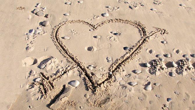 Сердечко на песке