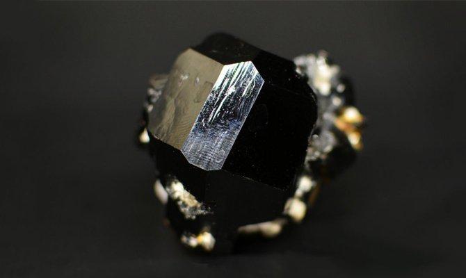 Черный минерал