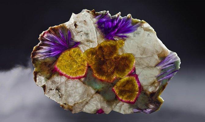 Разноцветный минерал