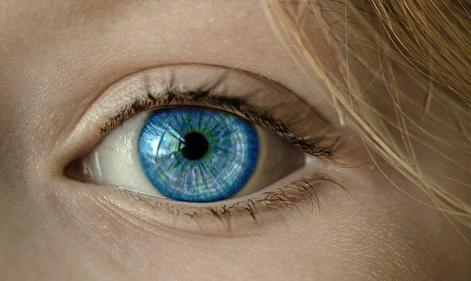 Красивый голубой глаз