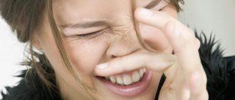 У девушки чешется нос