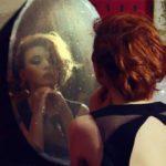 Грустит перед зеркалом