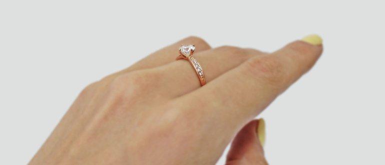 Кольцо на среднем пальце руки