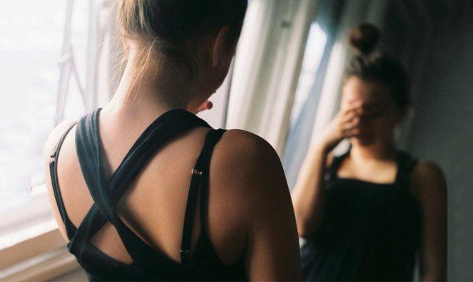 Плачет перед зеркалом