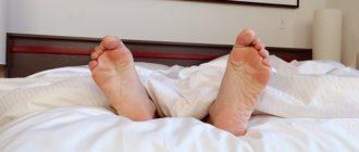 Спит ногами вперед