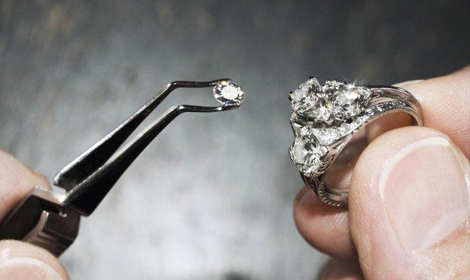 Вставляет камень в кольцо