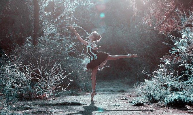 Занимается танцами