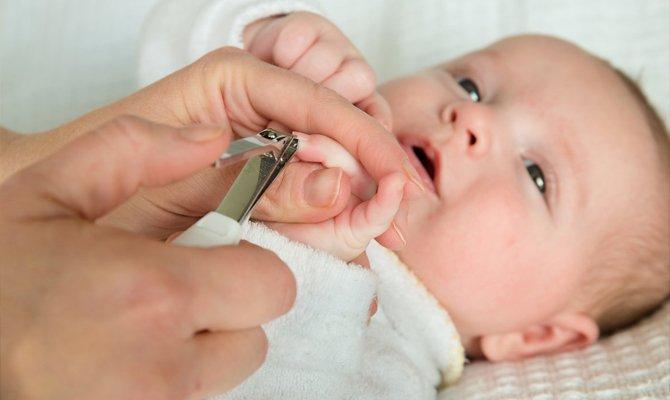 Ребенку стригут ногти