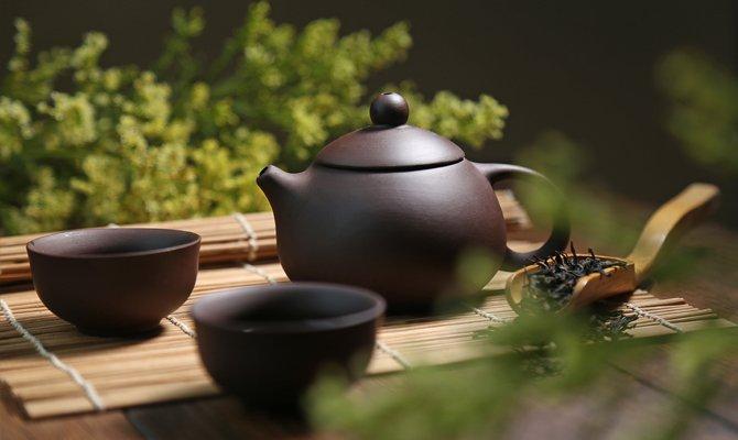 чайник с чаем и пиалами