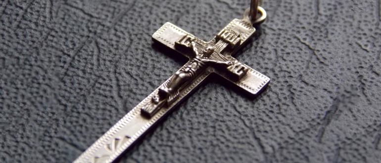 потемнел серебряный крестик
