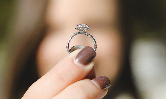 передает кольцо другому человеку