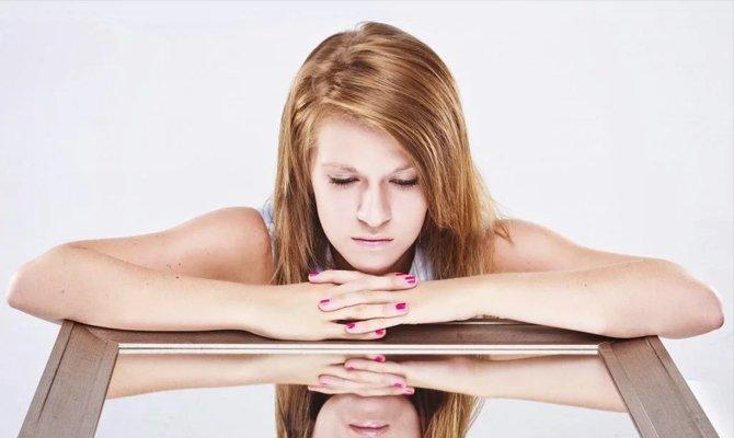 Неуверенная девушка с низкой самооценкой