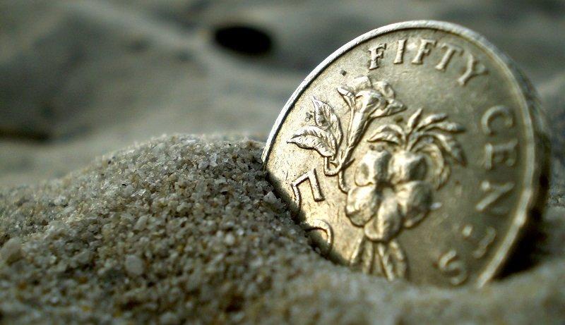 Мелкая монетка в песке