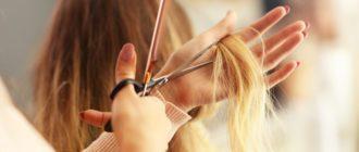 Стрижет волосы
