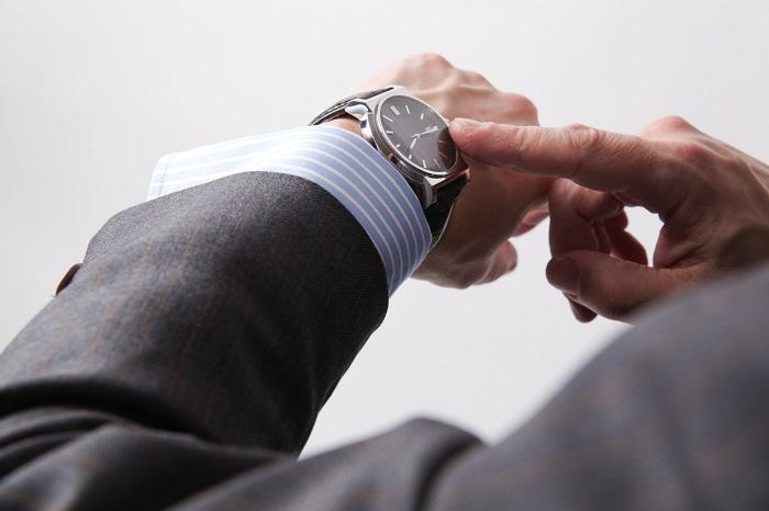 человеку смотрит на часы